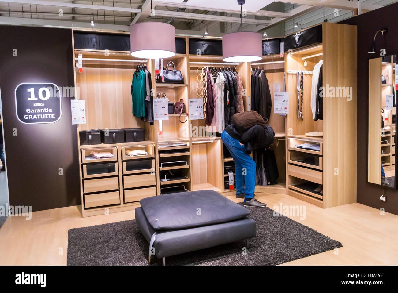Paris Frankreich Mann Shopping In Modernen Diy Haushaltswaren