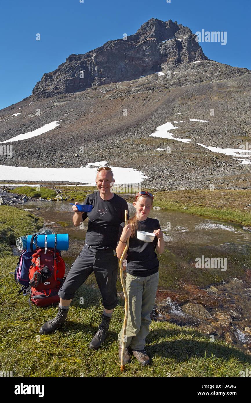 Schweden, Sarek Nationalpark, Pastavagge, Vater und Tochter (12-13 Jahre) Wandern in Bergen Stockbild
