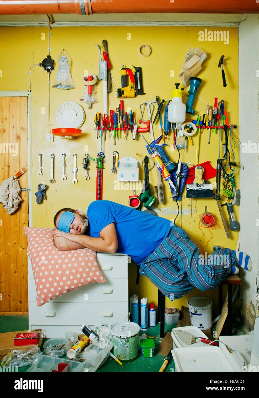 Mann schläft auf Workshop Tabelle Stockbild