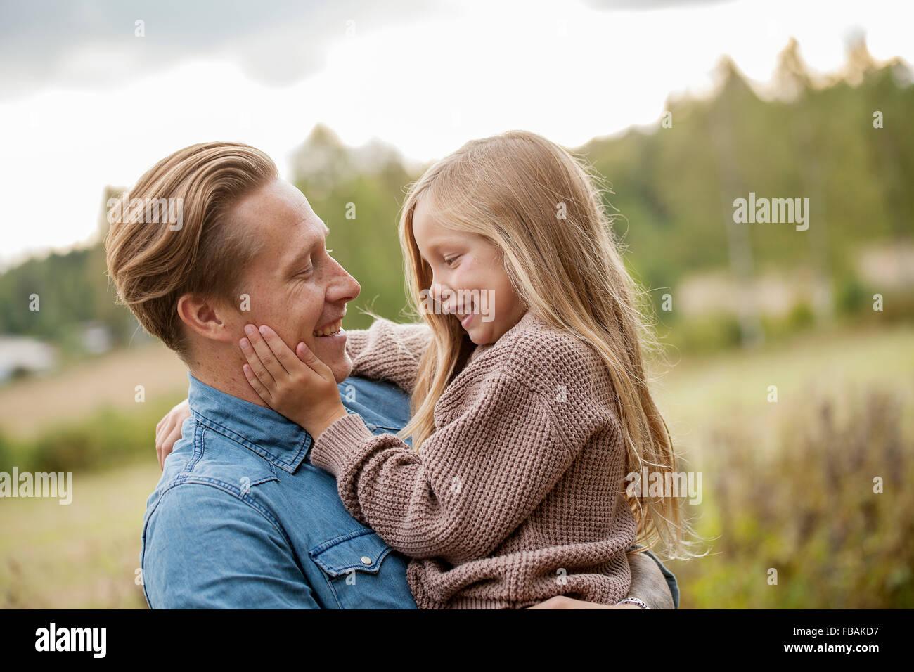Finnland, Uusimaa, Raseborg, Karjaa Vater mit seiner Tochter (6-7) kleben Stockbild