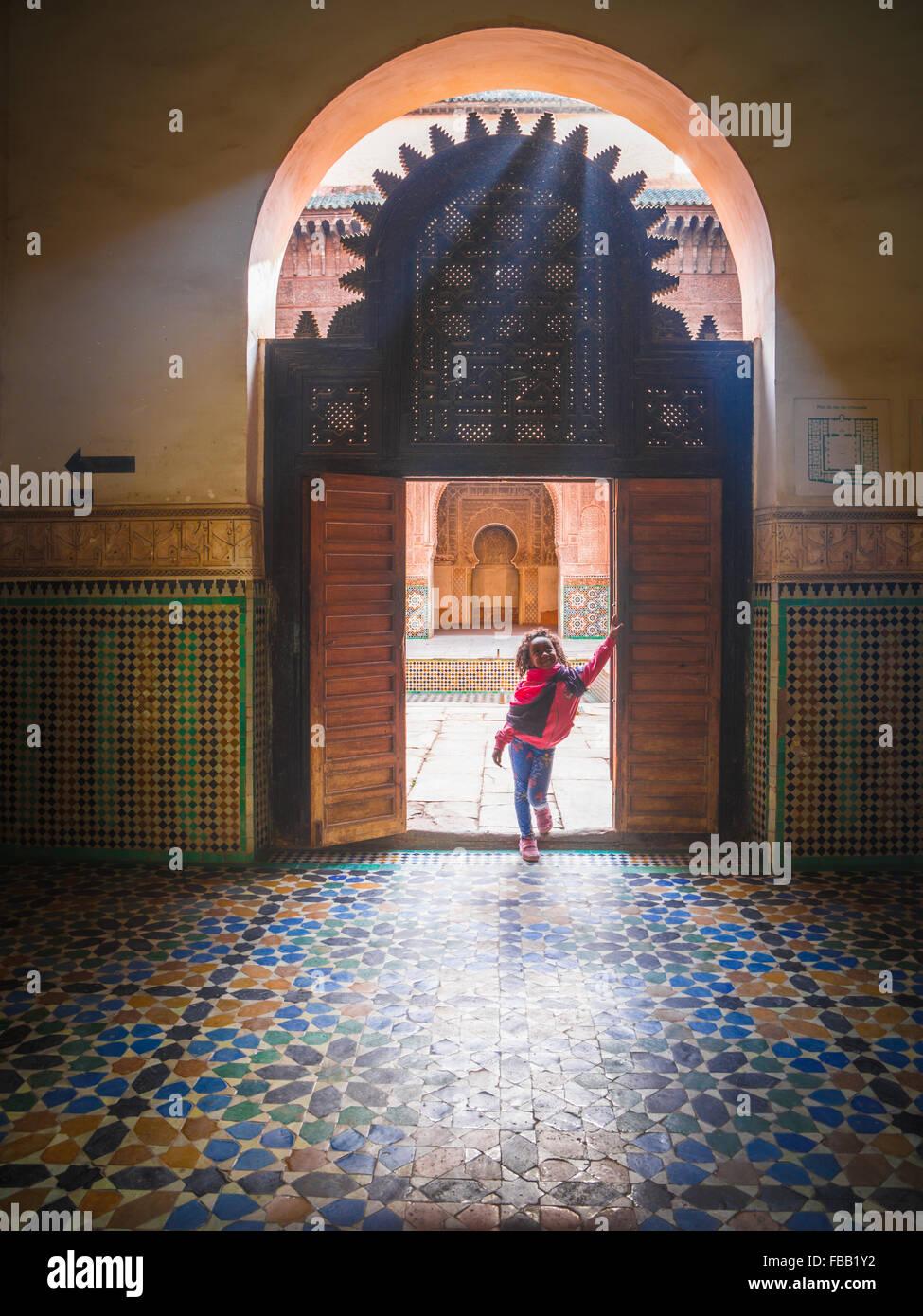 Ein kleiner Sonnenstrahl Medersa Ben Youssef, Marrakesch Marokko Stockbild
