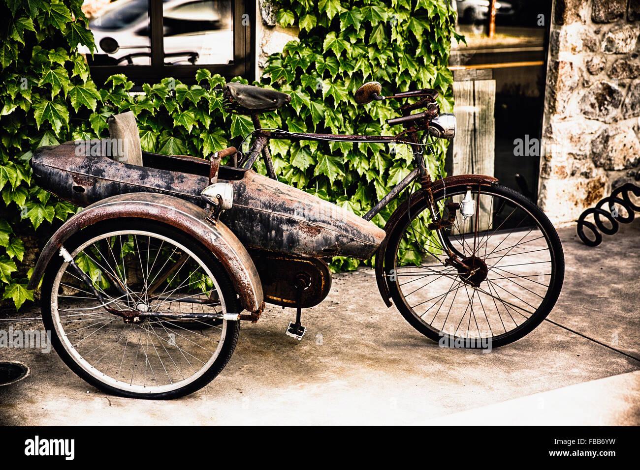 Nahaufnahme eines klassischen Fahrrades mit einer Seite Auto, Yountville, Napa Valley, Kalifornien Stockbild