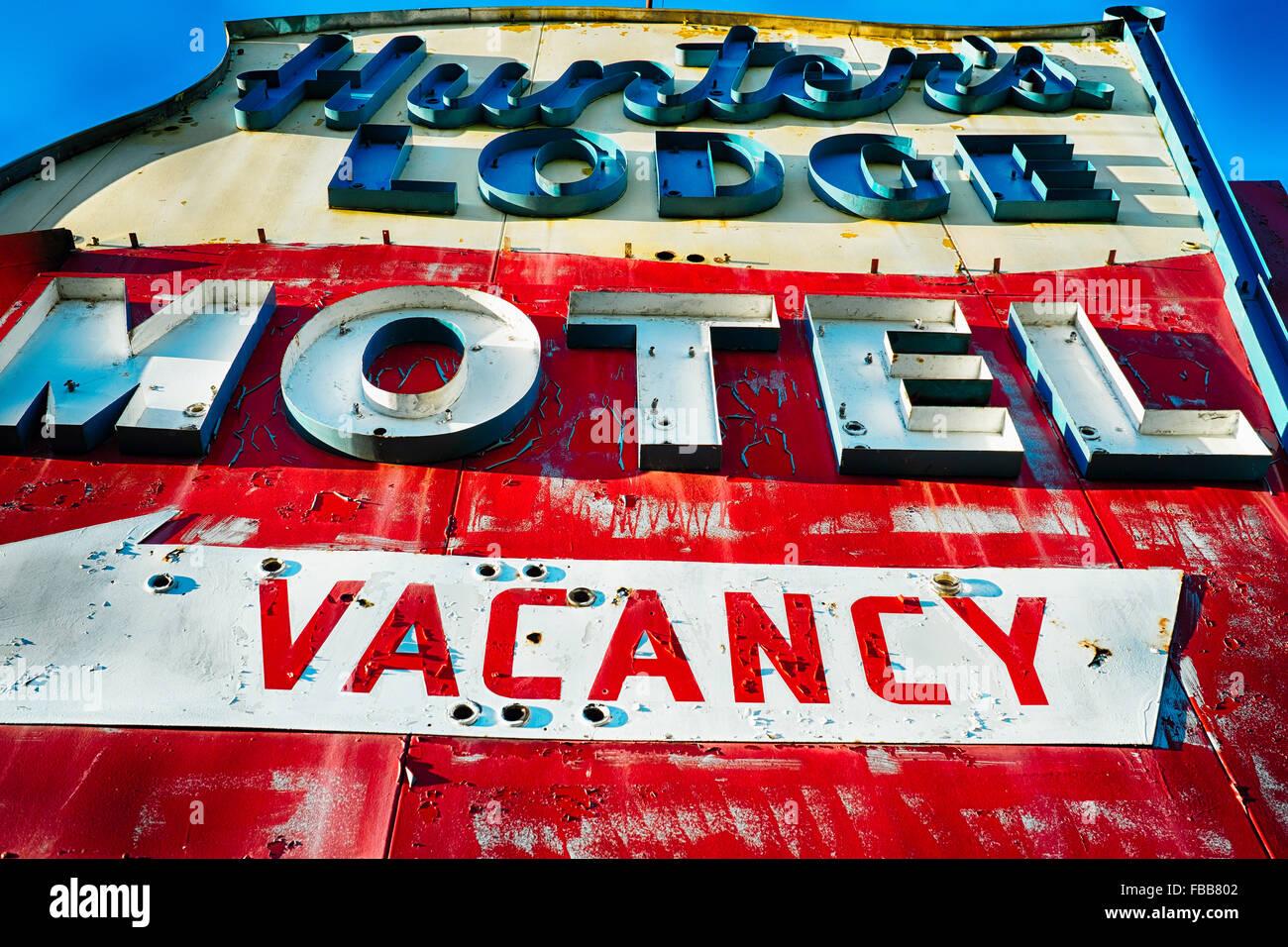 Niedrigen Winkel Blick auf eine alte verfallene Leuchtreklame ein Motel, Rt 46, Columbia, Warren County, New Jersey Stockbild
