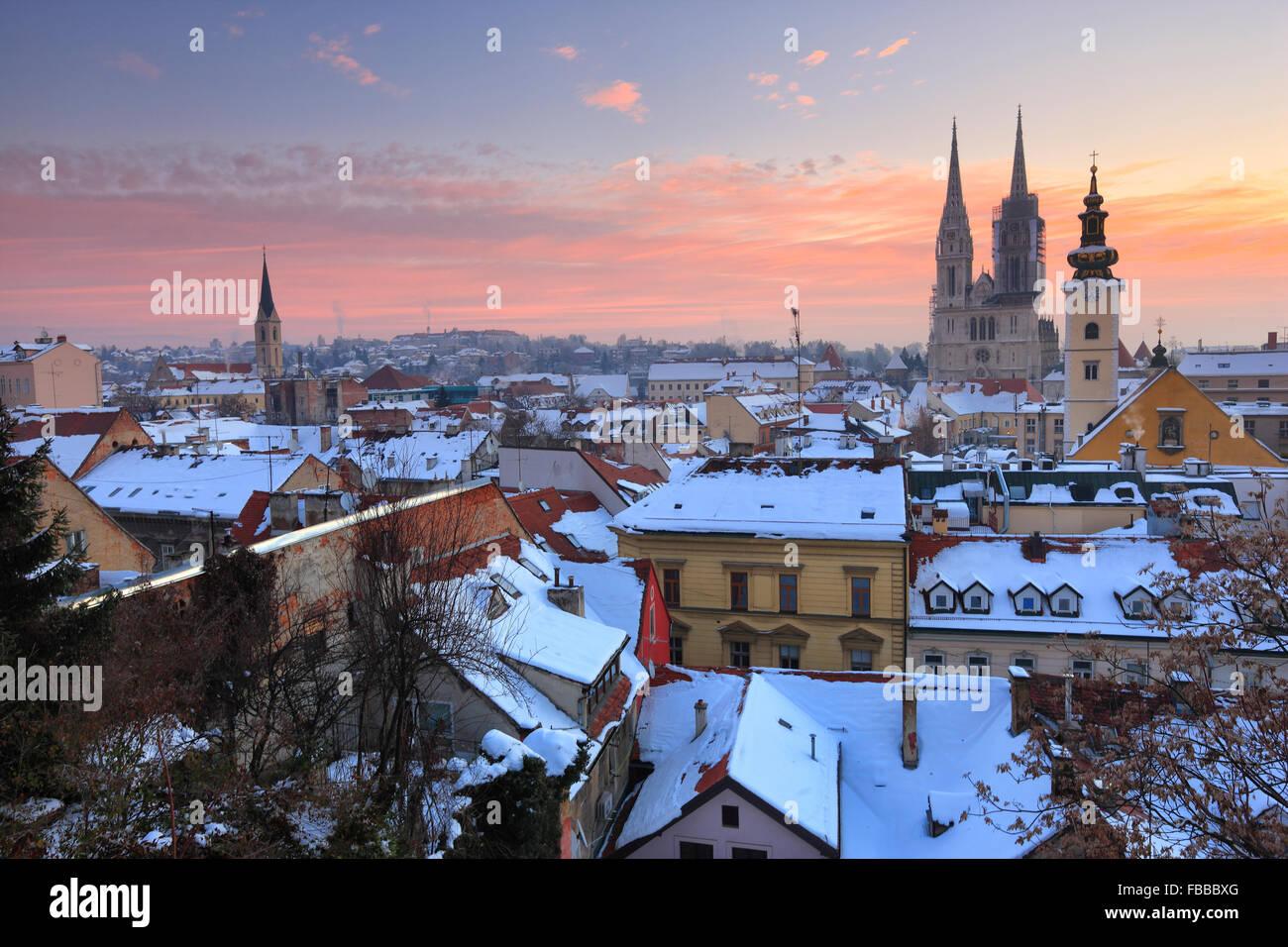 Panorama von Zagreb im Winter. Dom auf der Rückseite des Bildes. Stockbild