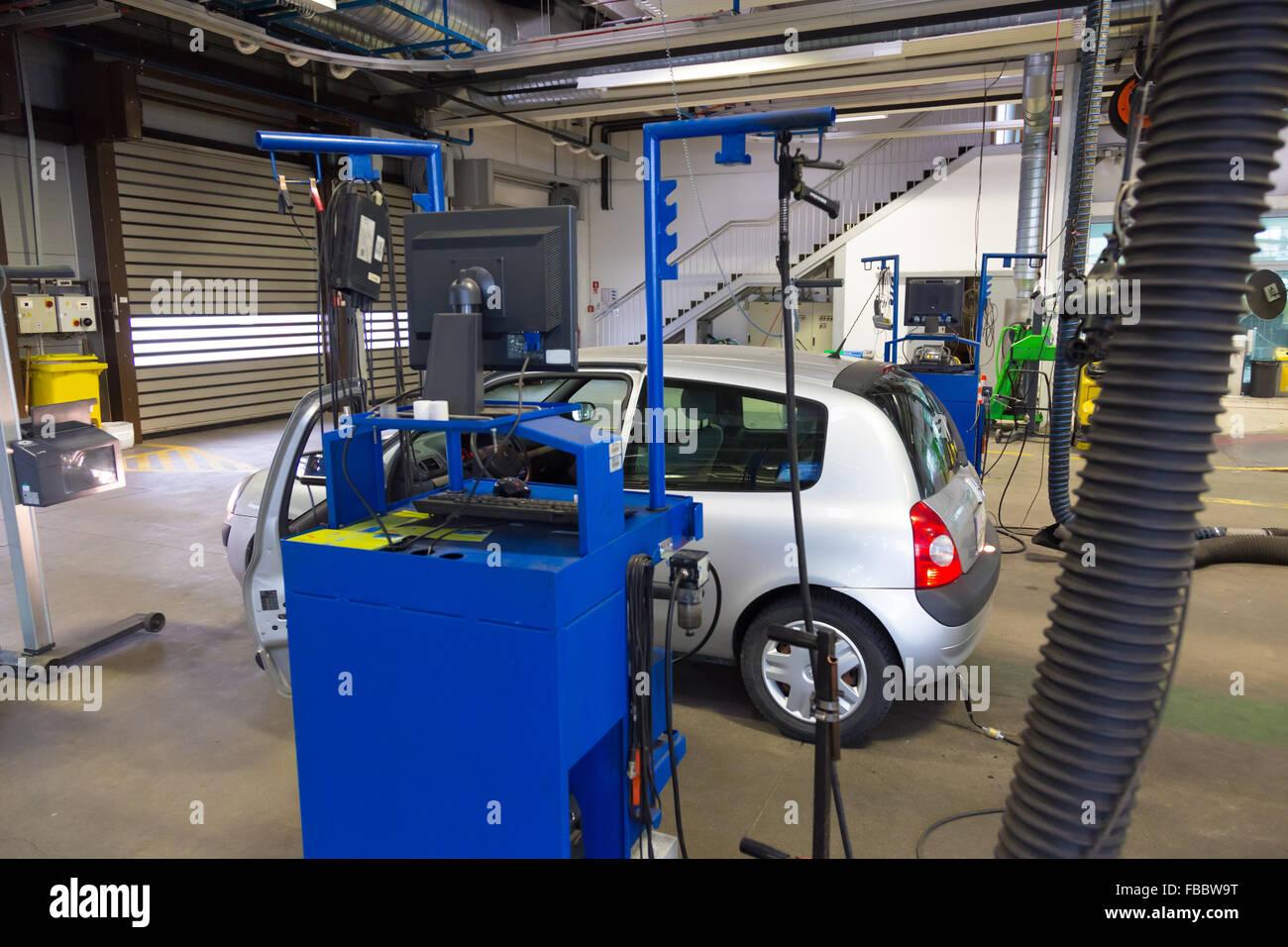 Auto technische Überprüfung in der Werkstatt warten Stockfoto, Bild ...