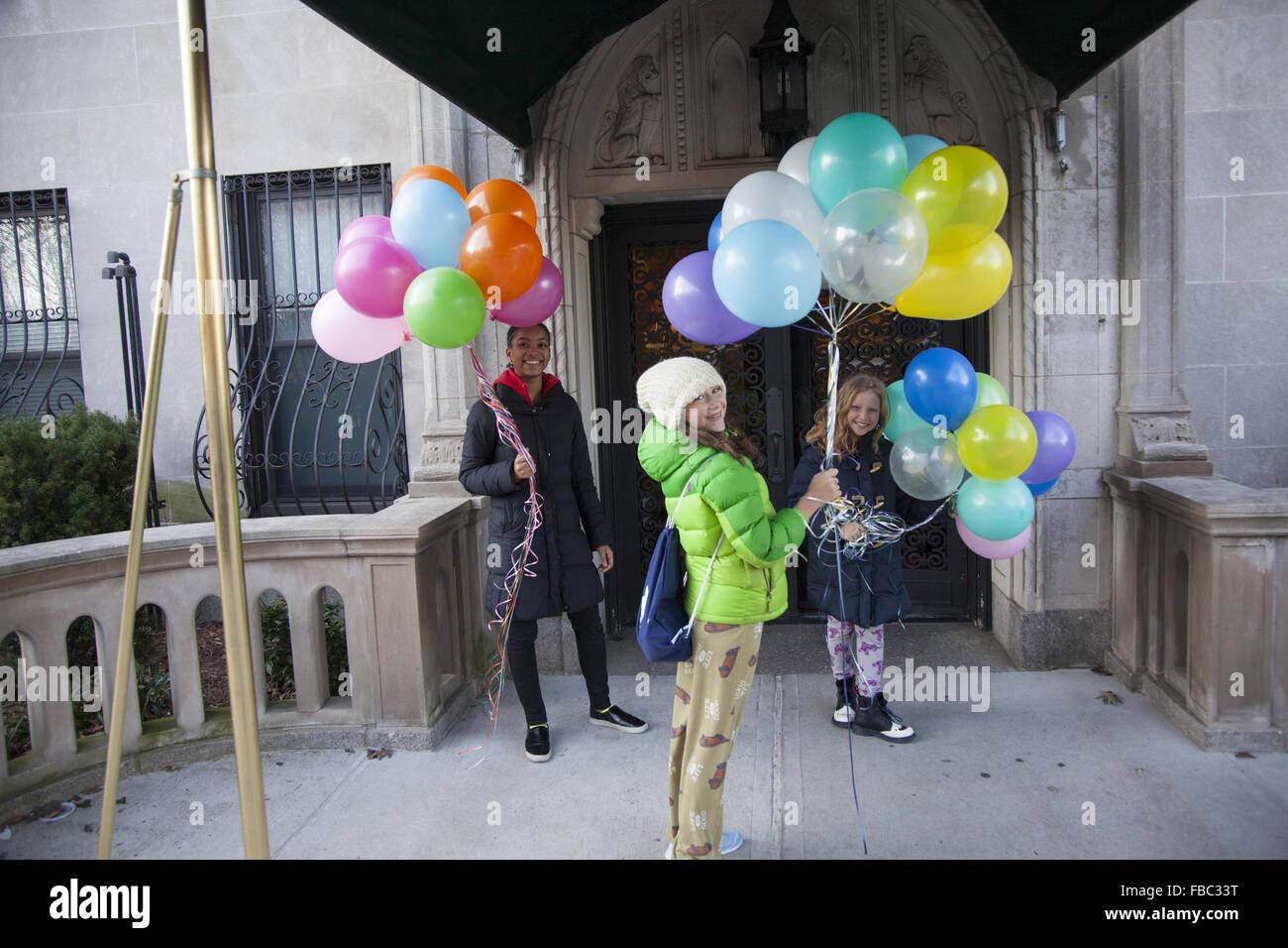 Madchen Wollen Einen Geburtstag Party Mit Ballons In Der Hand Park Slope Brooklyn