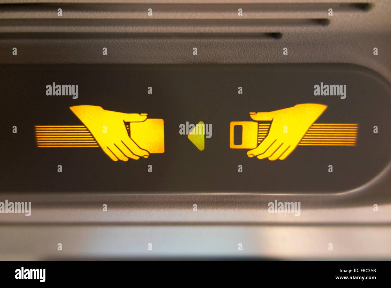 """Flugzeug """"Fasten Seat Belt / Sicherheitsgurt"""" Licht Zeichen leuchtet & beleuchtet während eines Fluges im A320 Flugzeug Stockfoto"""