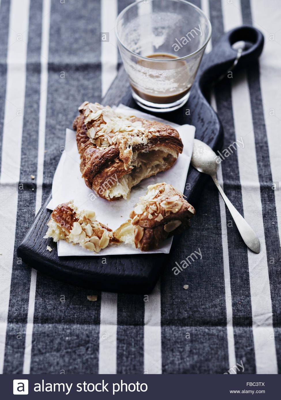 Zweimal gebacken Mandel Croissant mit Kaffee Stockbild