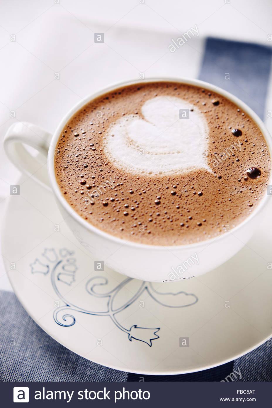 Tasse heiße Schokolade mit Schlagsahne geformte Herz Stockfoto