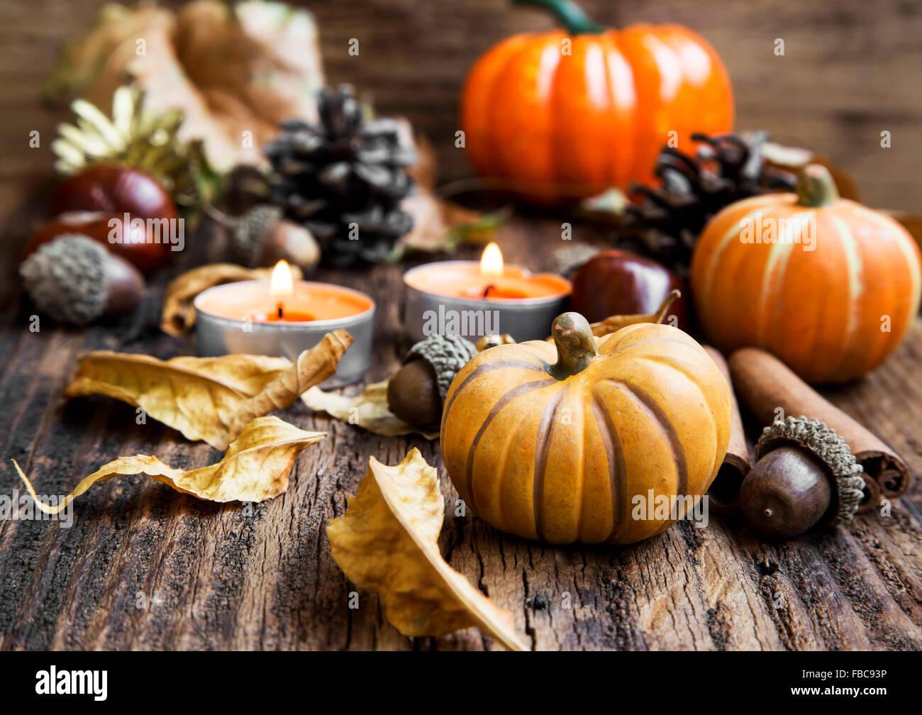 Kürbisse-Dekoration mit Kerzen, Blätter, Acorns.Thanksgiving,Halloween und Herbst Konzept Stockbild