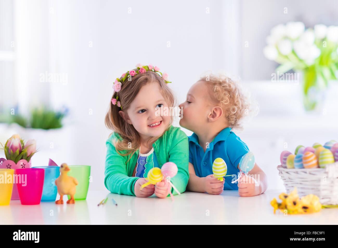 Kinder malen bunte Eiern. Kinder malen und dekorieren Osterei ...