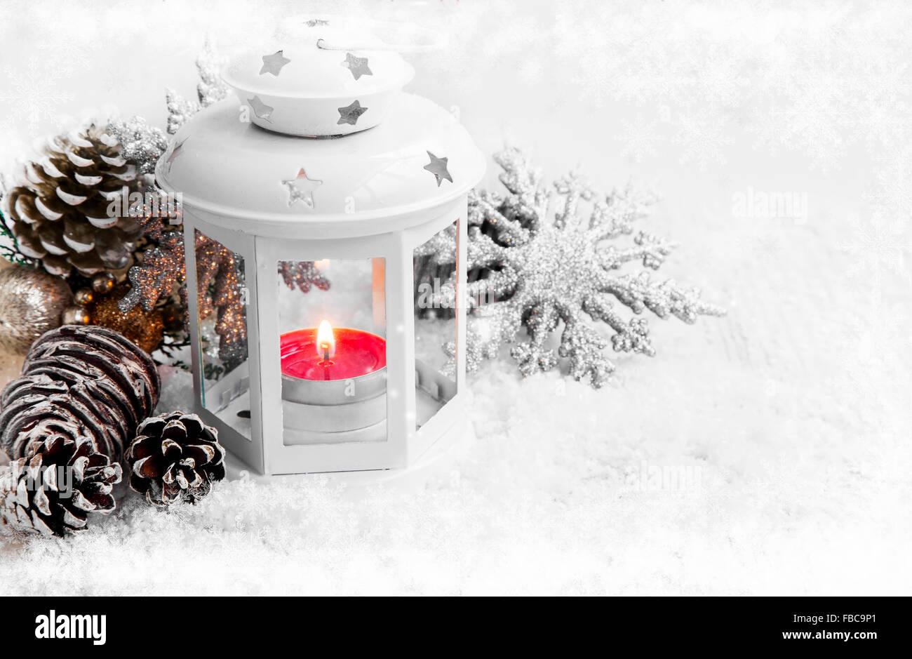 wei e weihnachten laterne mit brennender kerze in schnee und eis schneeflocken stockfoto bild. Black Bedroom Furniture Sets. Home Design Ideas