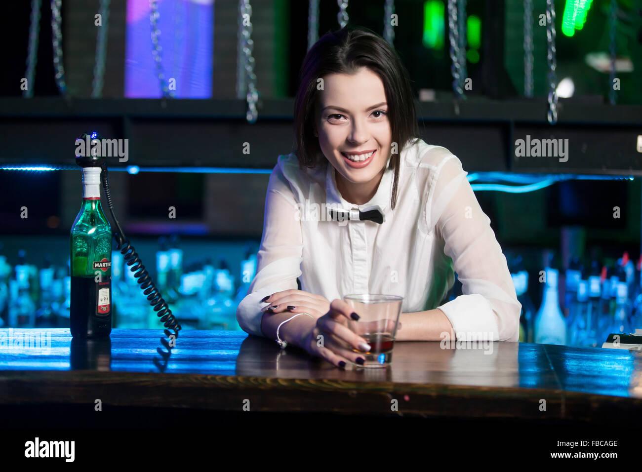 Orel, Russland - 28. März 2015: Schönes lächelndes Brünette Barkeeper Mädchen dient Martini Stockbild