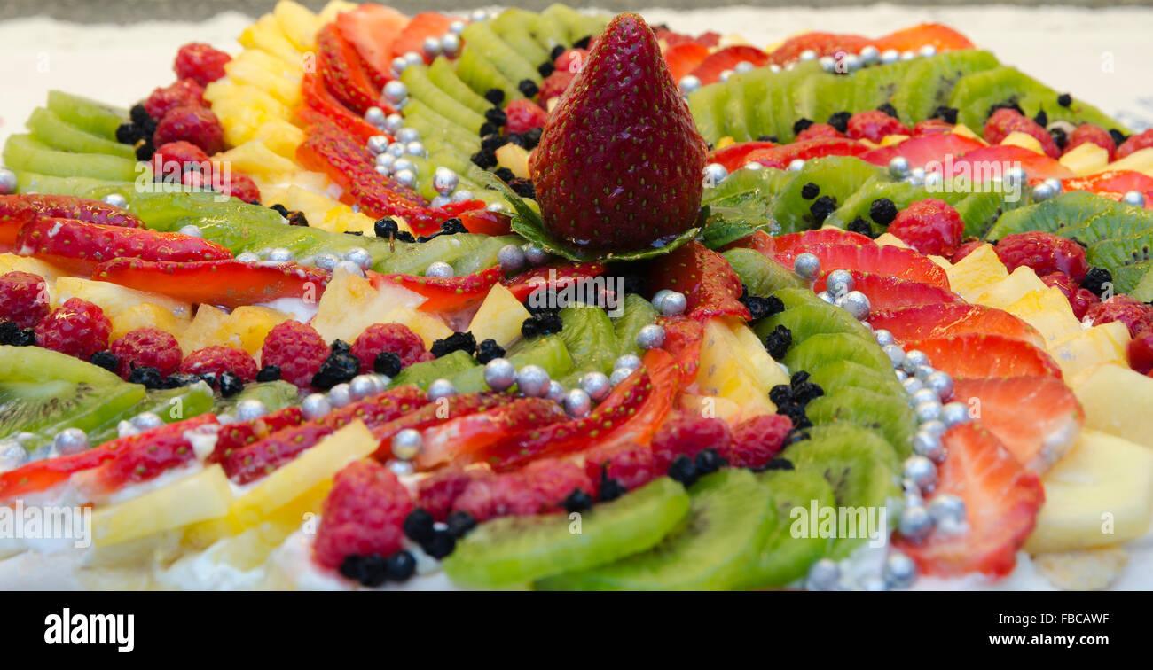 obstkuchen mit melone himbeeren erdbeeren kiwi und eine gro e erdbeere in der mitte bild aus. Black Bedroom Furniture Sets. Home Design Ideas