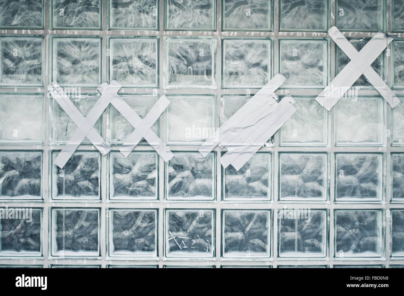 Glass bricks stockfotos glass bricks bilder alamy - Wand aus glasbausteinen ...