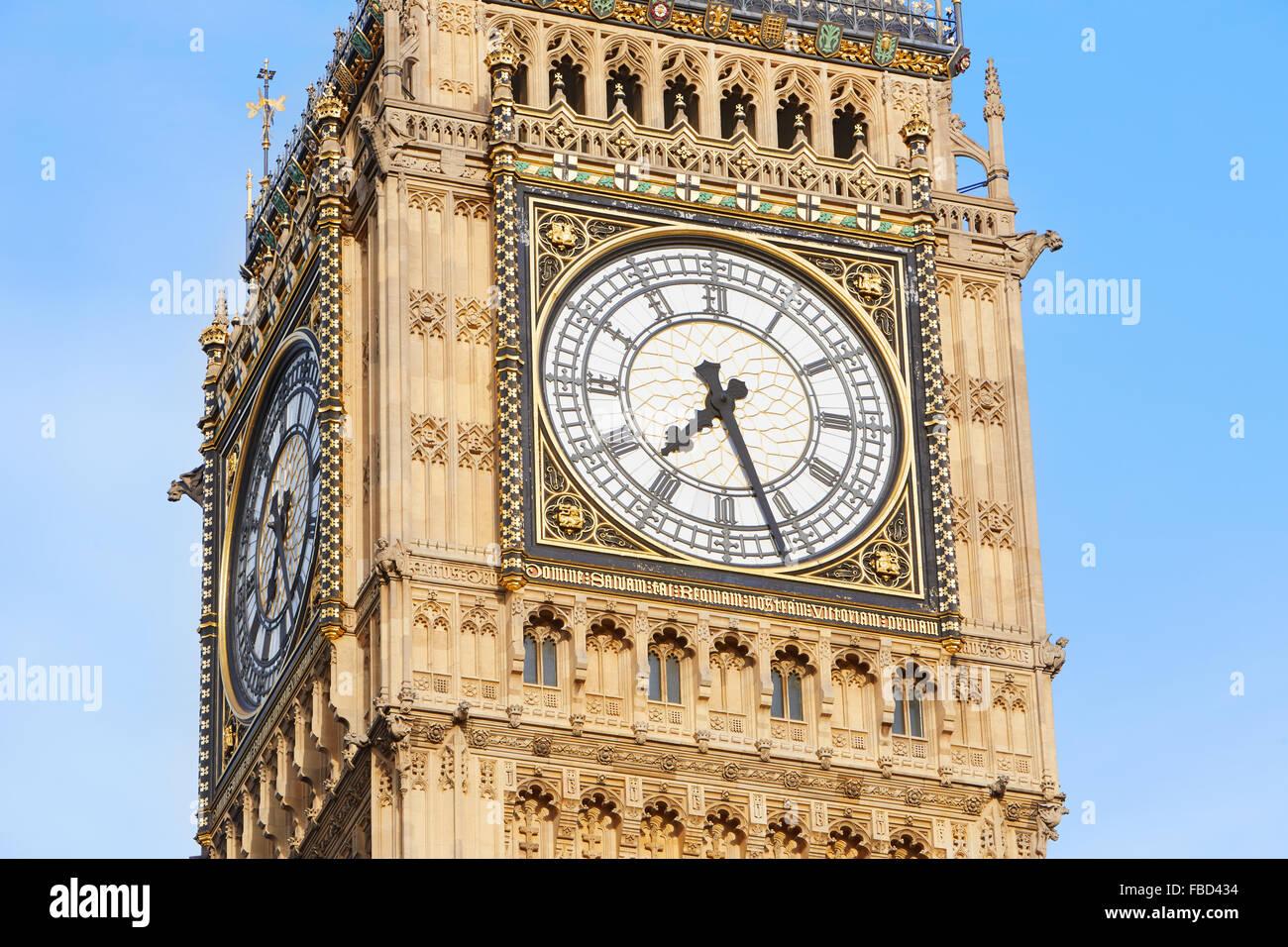 Big Ben in London, blauer Himmel hautnah Stockbild