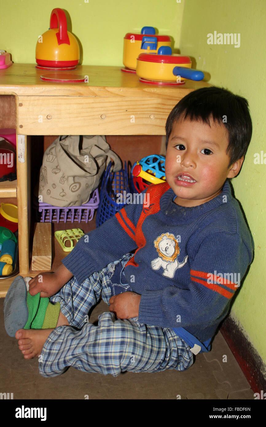 Kleiner Junge in einer Betreuungseinrichtung Wawa Wasi, Arequipa, Peru Stockbild