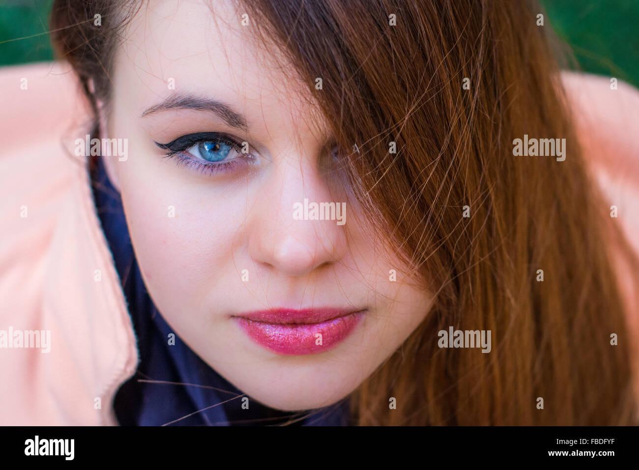 Close-up Portrait einer ernsten jungen Frau Stockbild