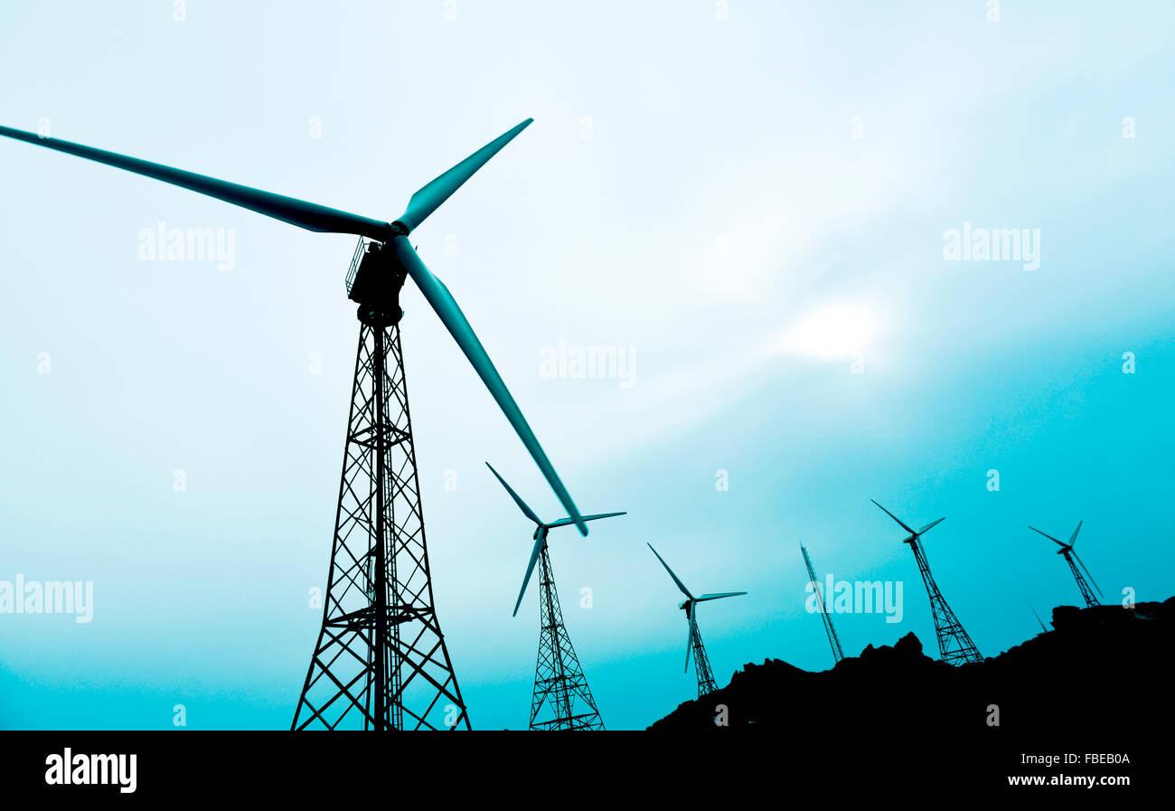 einige Windenergieanlagen in einem Windpark in einem bewölkten Tag Stockbild