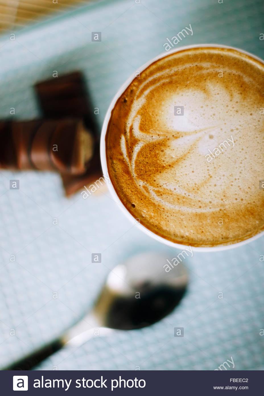 Cappuccino auf einem Tisch in der Bäckerei Stockbild