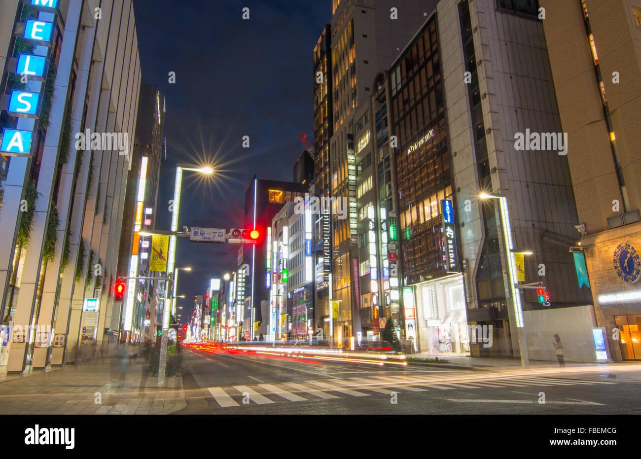 Tokyo Japan lokalen Massen Ginza Einkaufsviertel Twilight Verkehr verwischt der Bewegung auf der Street downtown Stockbild