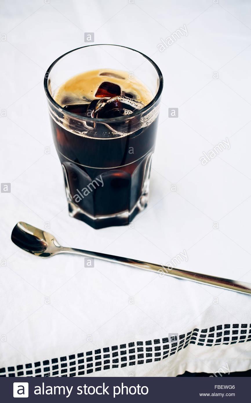 Eiskaffee auf weißem Hintergrund. Textfreiraum Stockbild