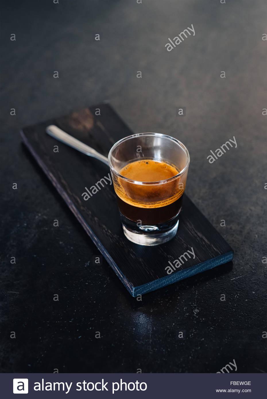 Glas Espresso am Steintisch Stockbild