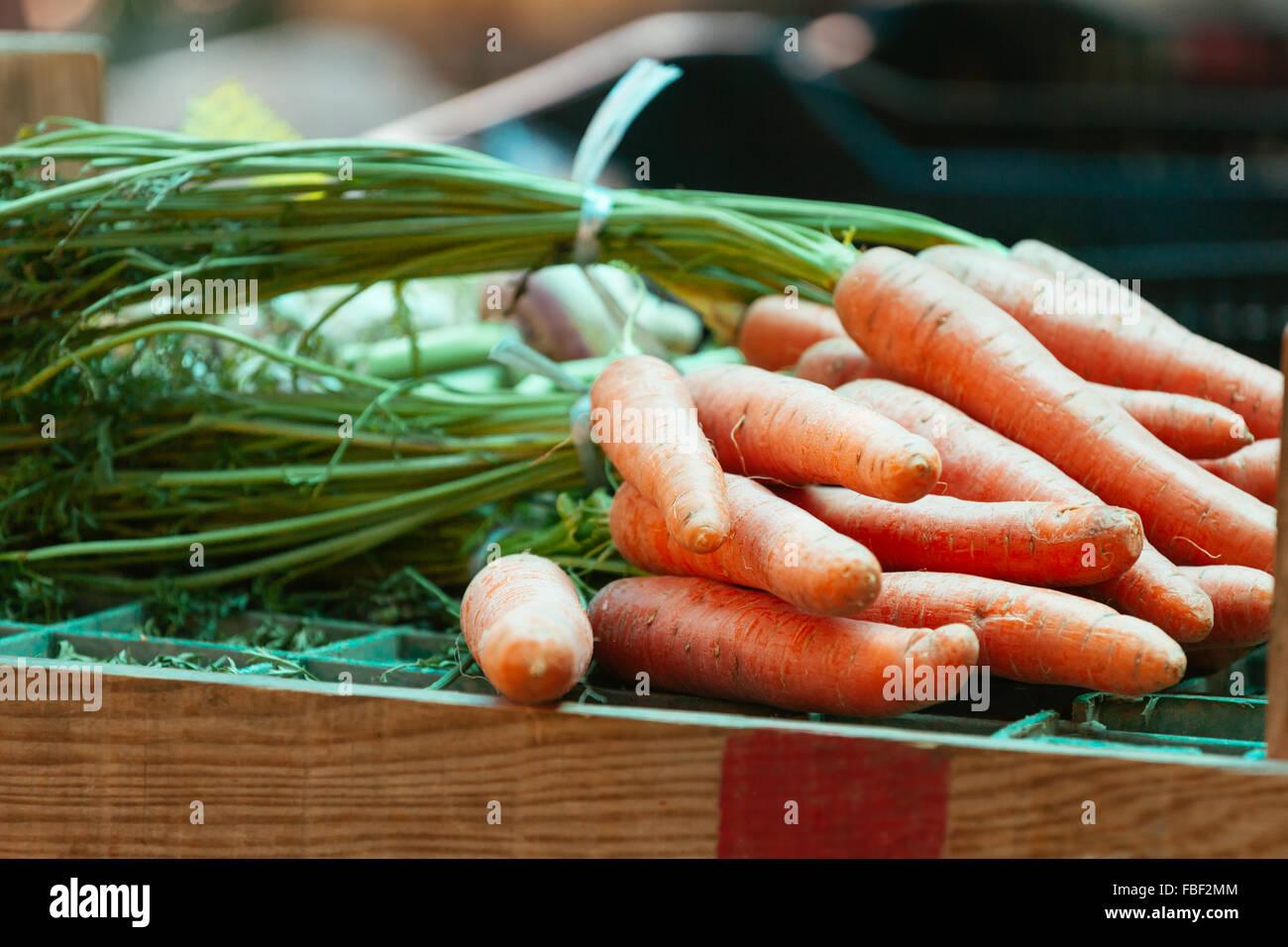 Nahaufnahme von Karotten auf Tisch zu verkaufen Stockbild
