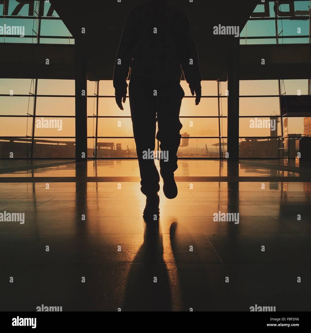 Geringen Teil der Silhouette Mann zu Fuß am Flughafen Stockbild