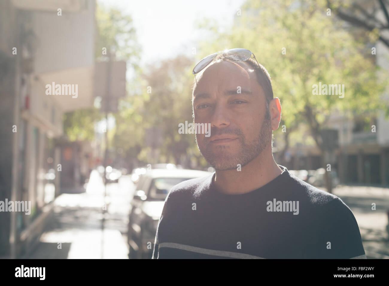 Porträt von Mitte erwachsenen Mann auf Wanderweg Stockbild