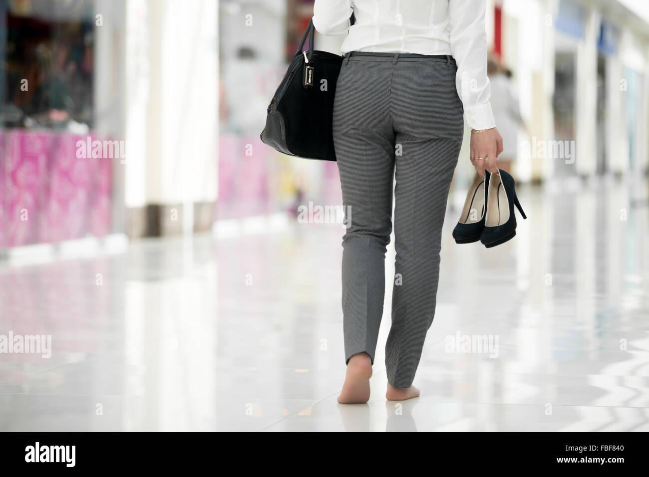 Junge Frau im Büro Stil Kleidung tragen in der hand ihre ...