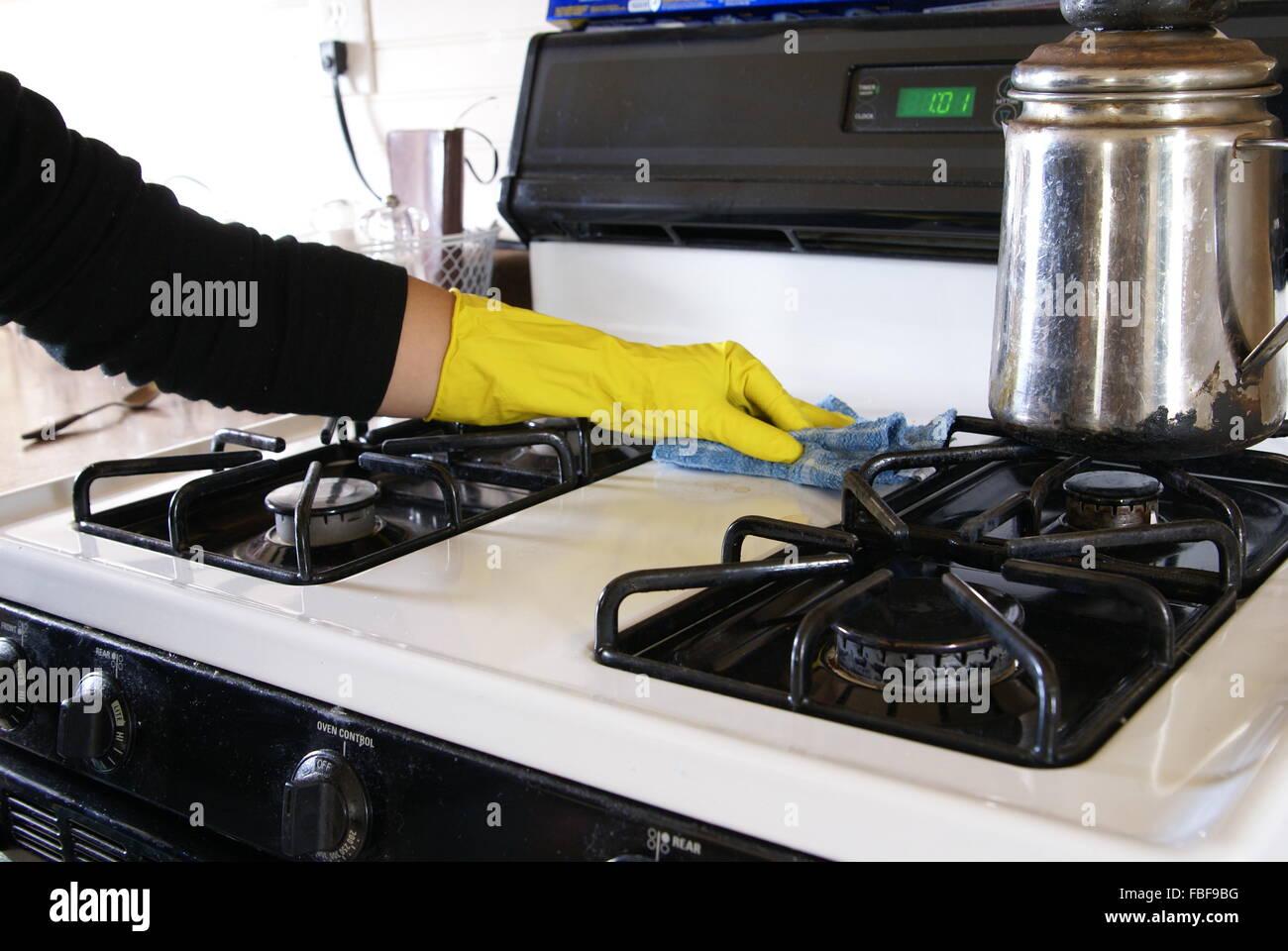 Frau Arm Mit Gelben Latex Handschuh Und Reinigungstuch Abwischen