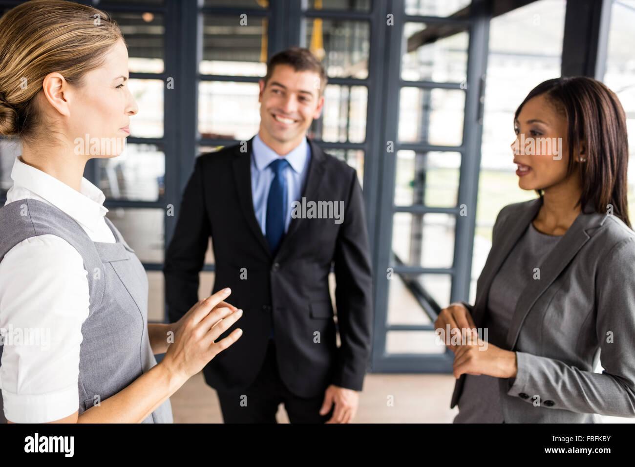 Ernste Angelegenheit Menschen miteinander reden Stockbild