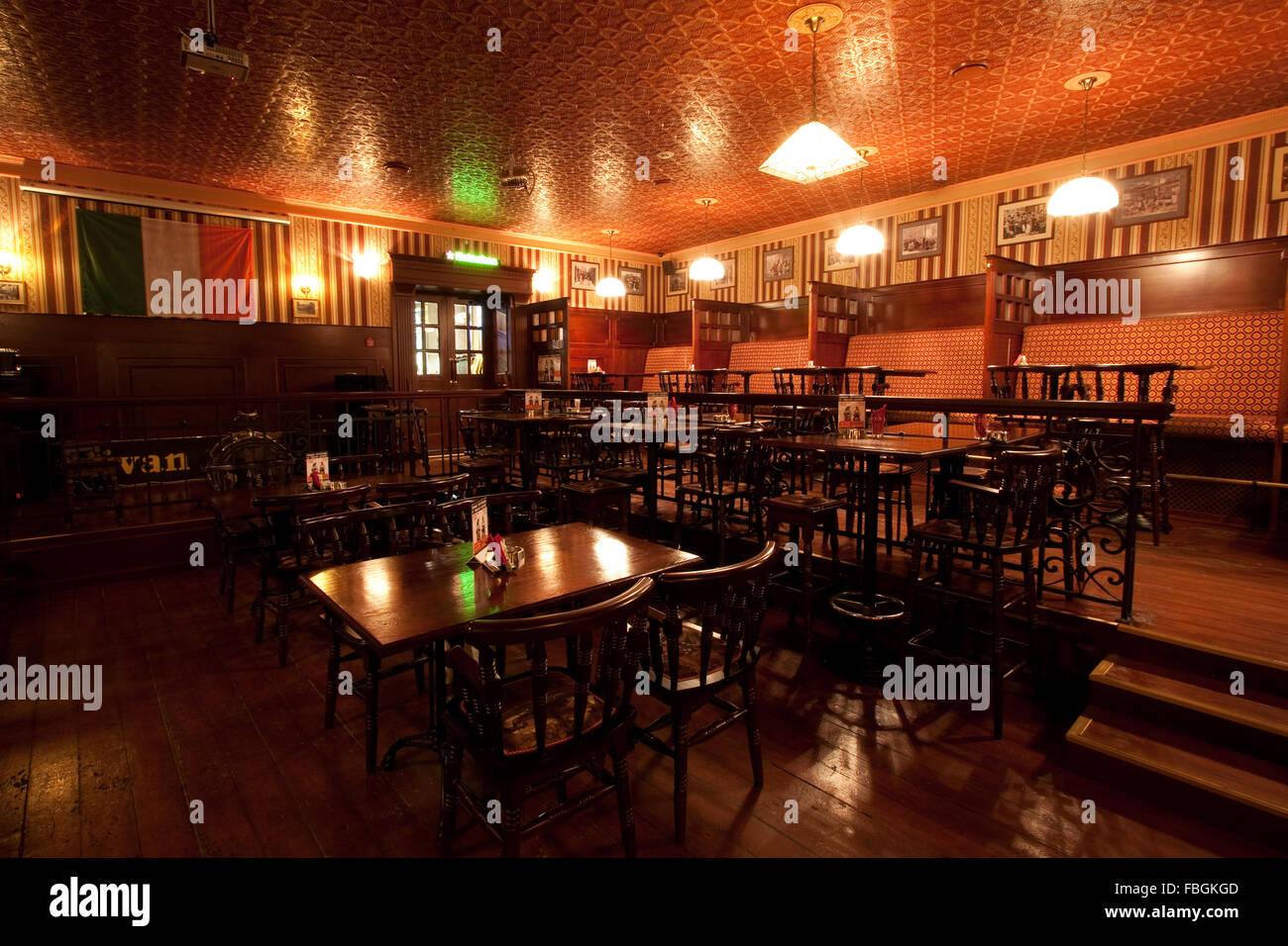 Irish Pub. Innenraum mit künstlichem Licht Stockfoto, Bild: 93179645 ...