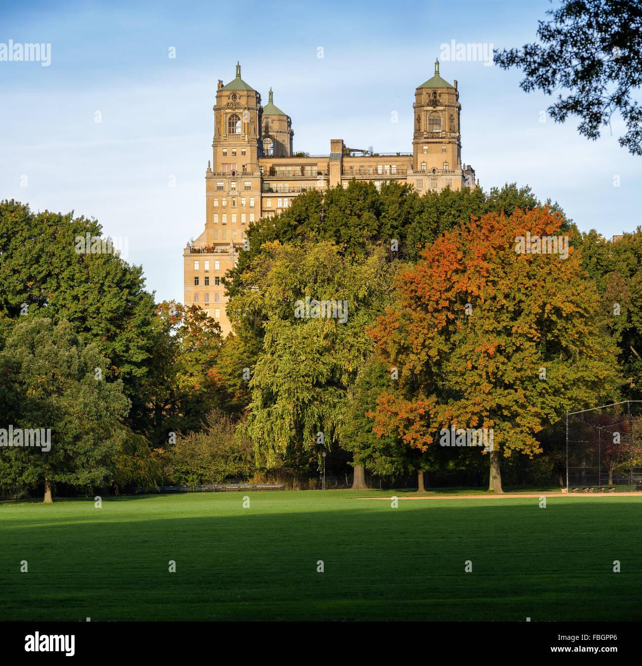 Ruhiger Herbst Ansicht des Gebäudes Beresford über Central Park große Rasenfläche in Upper West Stockbild