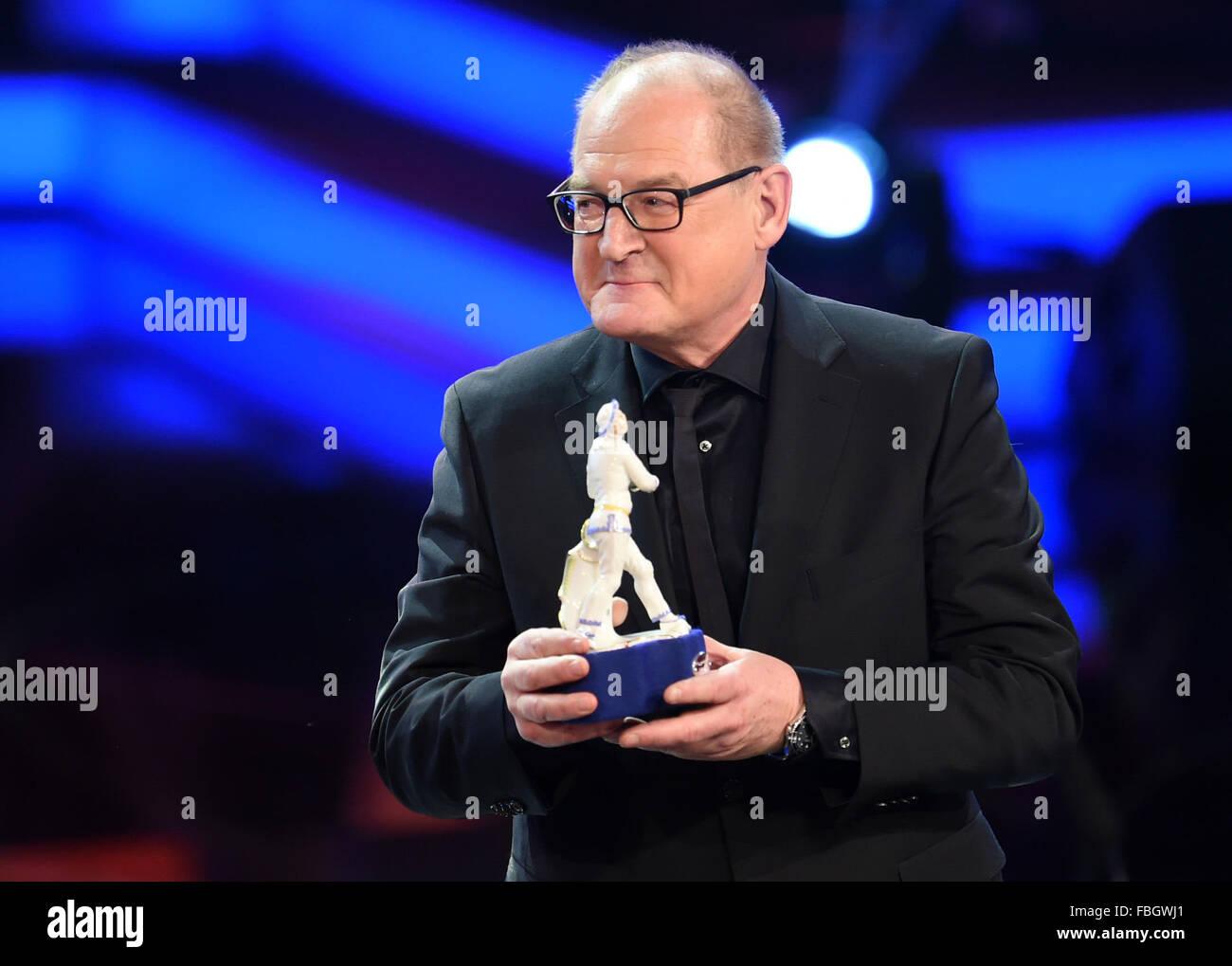 München, Deutschland. 15. Januar 2016. Schauspieler Burghart Klaußner hält seine Auszeichnung in Stockbild