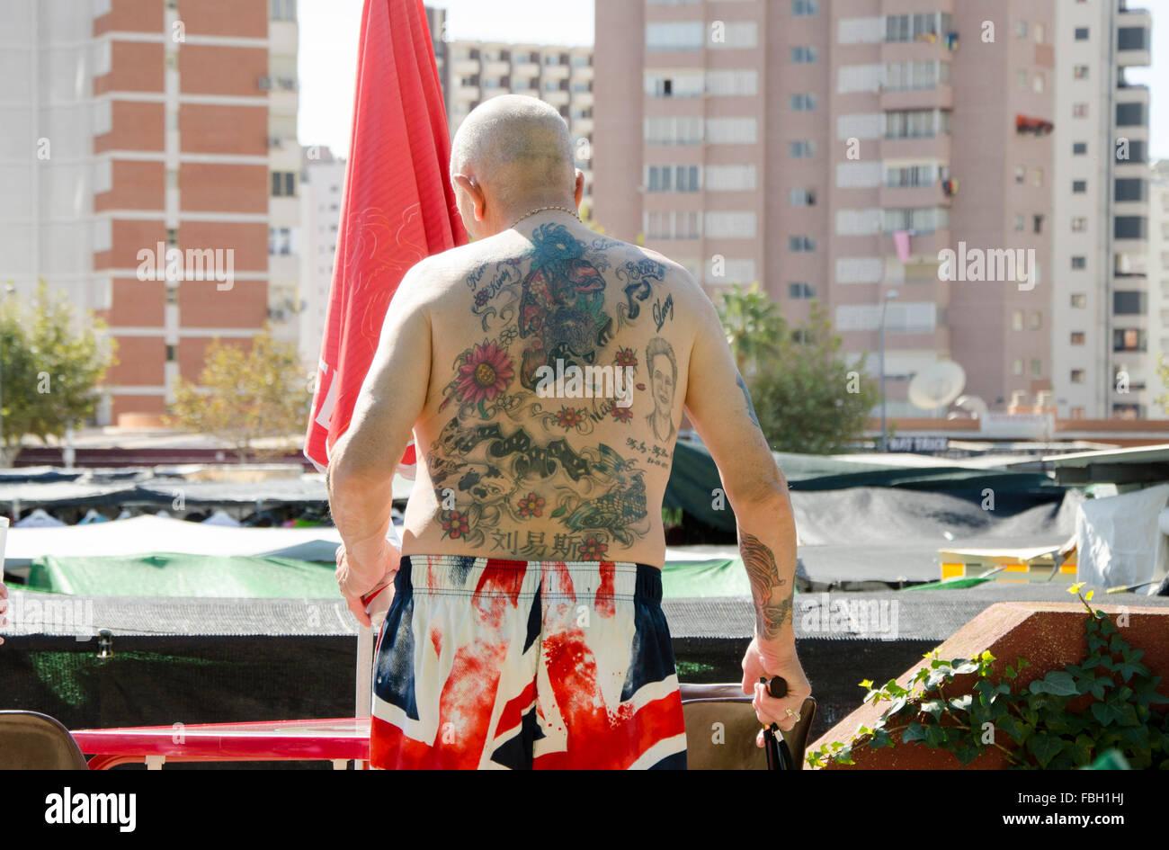 Kurzen Britischer Tätowierten Oberkörper Tourist In Entblößte Seinen USpzMV