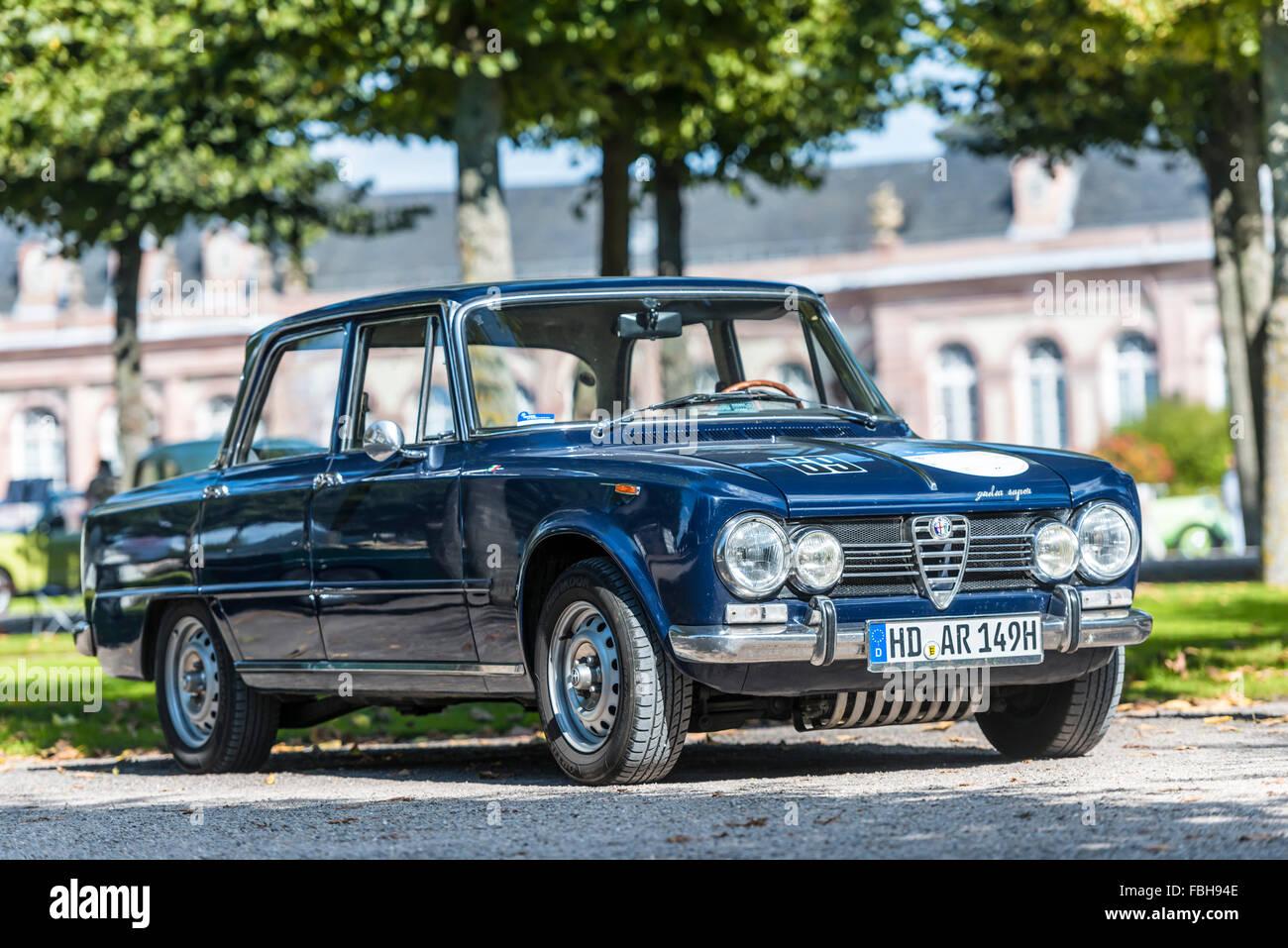 Schwetzingen, Baden-Württemberg, Deutschland, Alfa Romeo Giulia Nuova Super Limousine auf der Classic Gala Stockbild