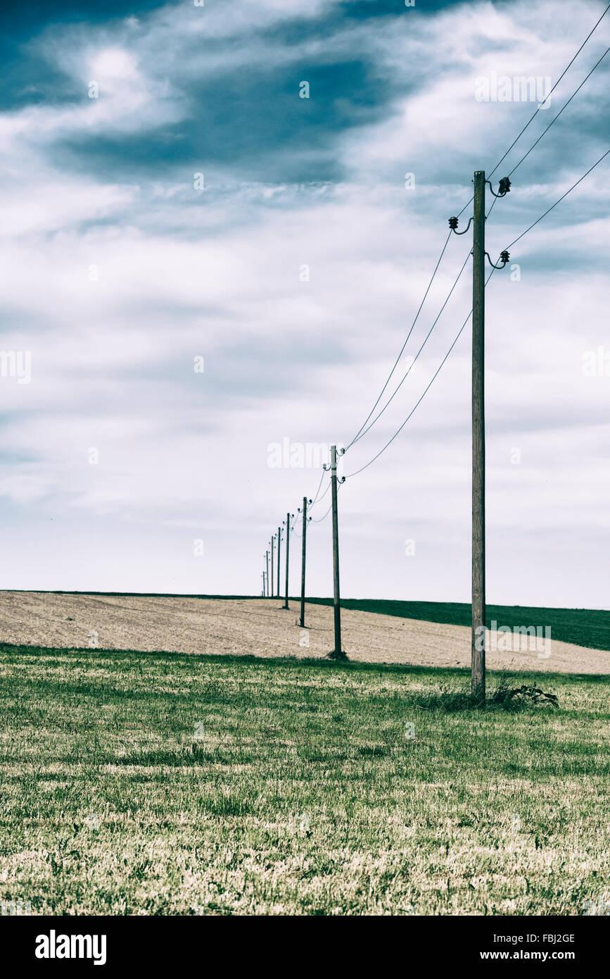 Vielbrunn, Hessen, Deutschland, alte Stromleitungen über Felder Stockbild