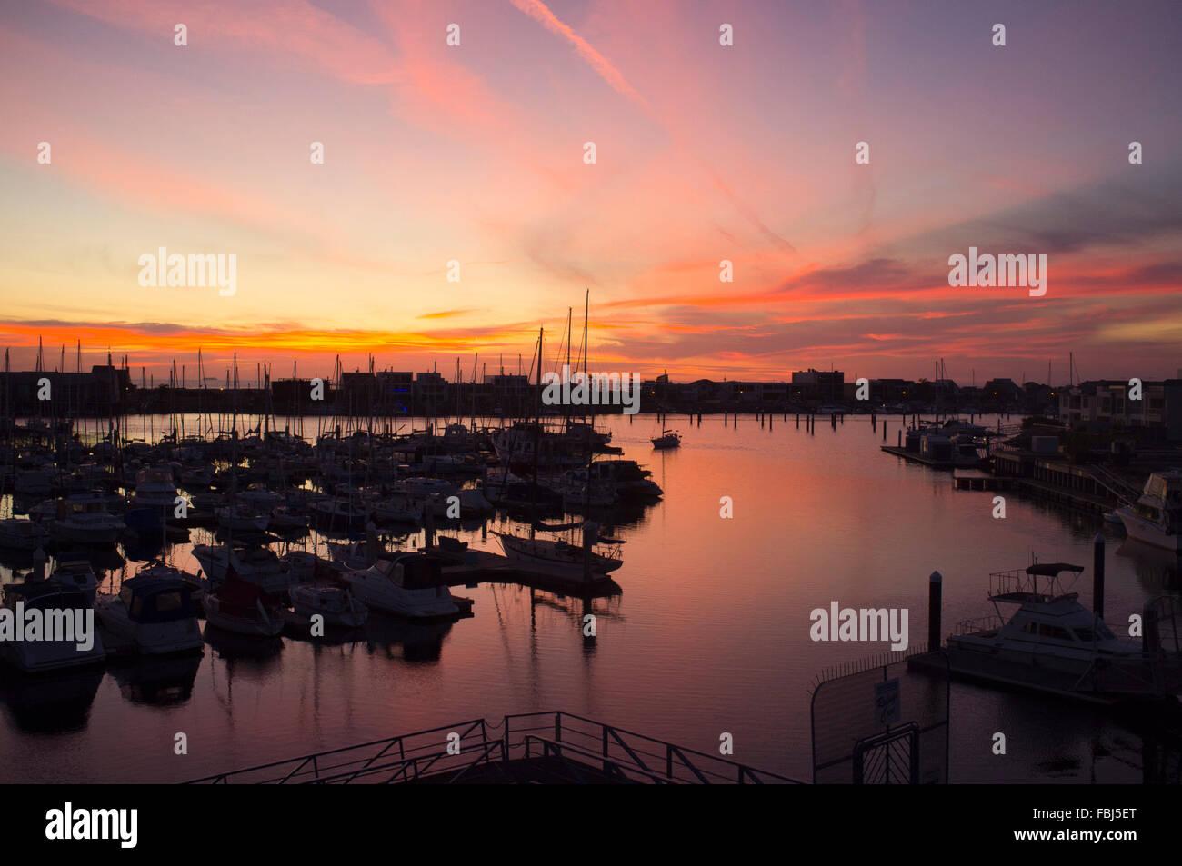 Adelaide, Australien. 17. Januar 2016. Boote in einem Adelaide Marina Hafen sind Silhouette gegen schönen Sonnenuntergang Stockfoto