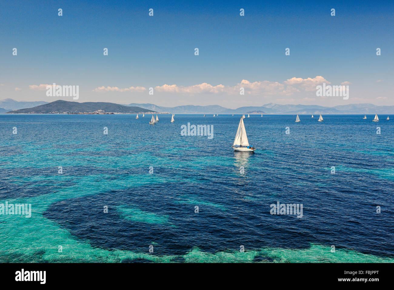 Segelboote in der Nähe von Aegina Insel, Griechenland Stockbild