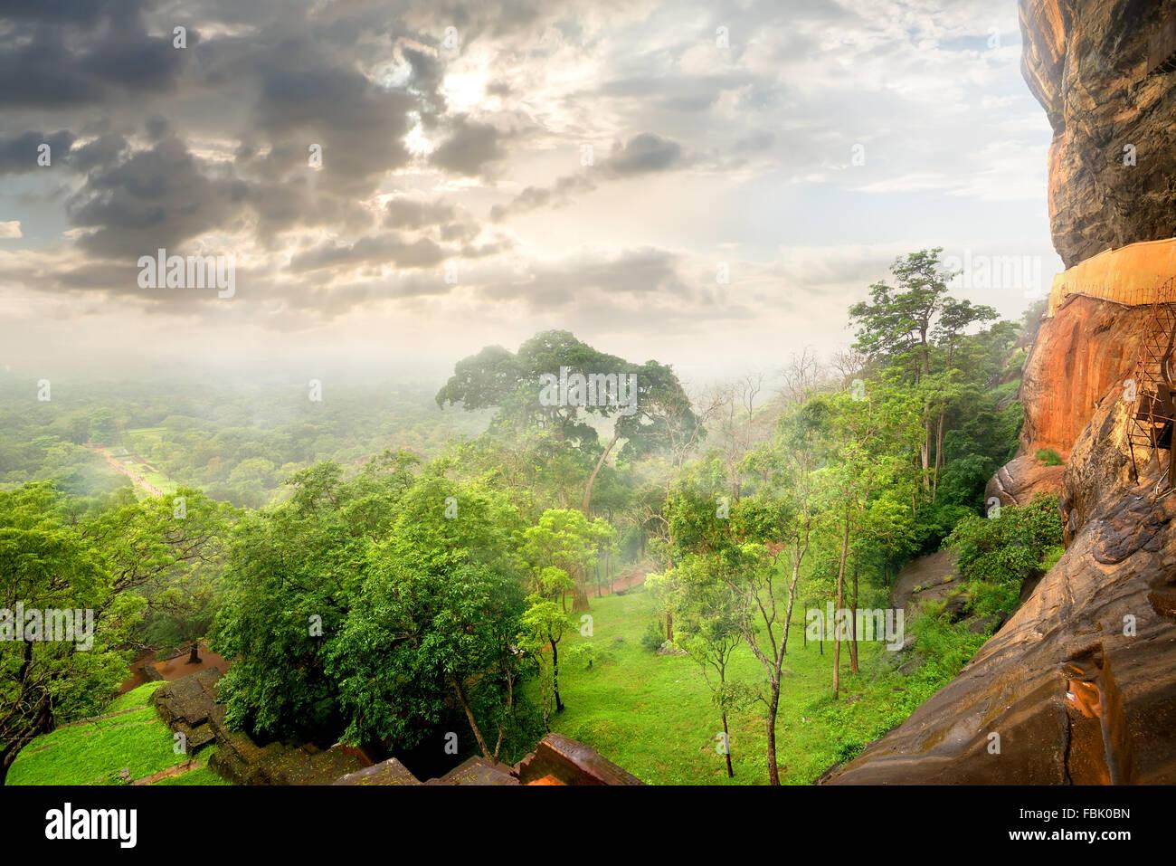Park auf dem Berg von Sigiriya und Wolken Stockbild