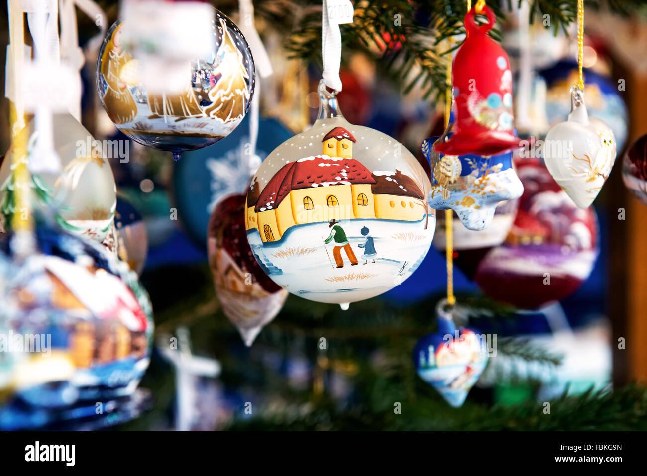 Dekorative Weihnachtskugel oder Ball zeigt eine Winterszene hängen durch ein Band in einem Markt anzeigen mit Stockbild