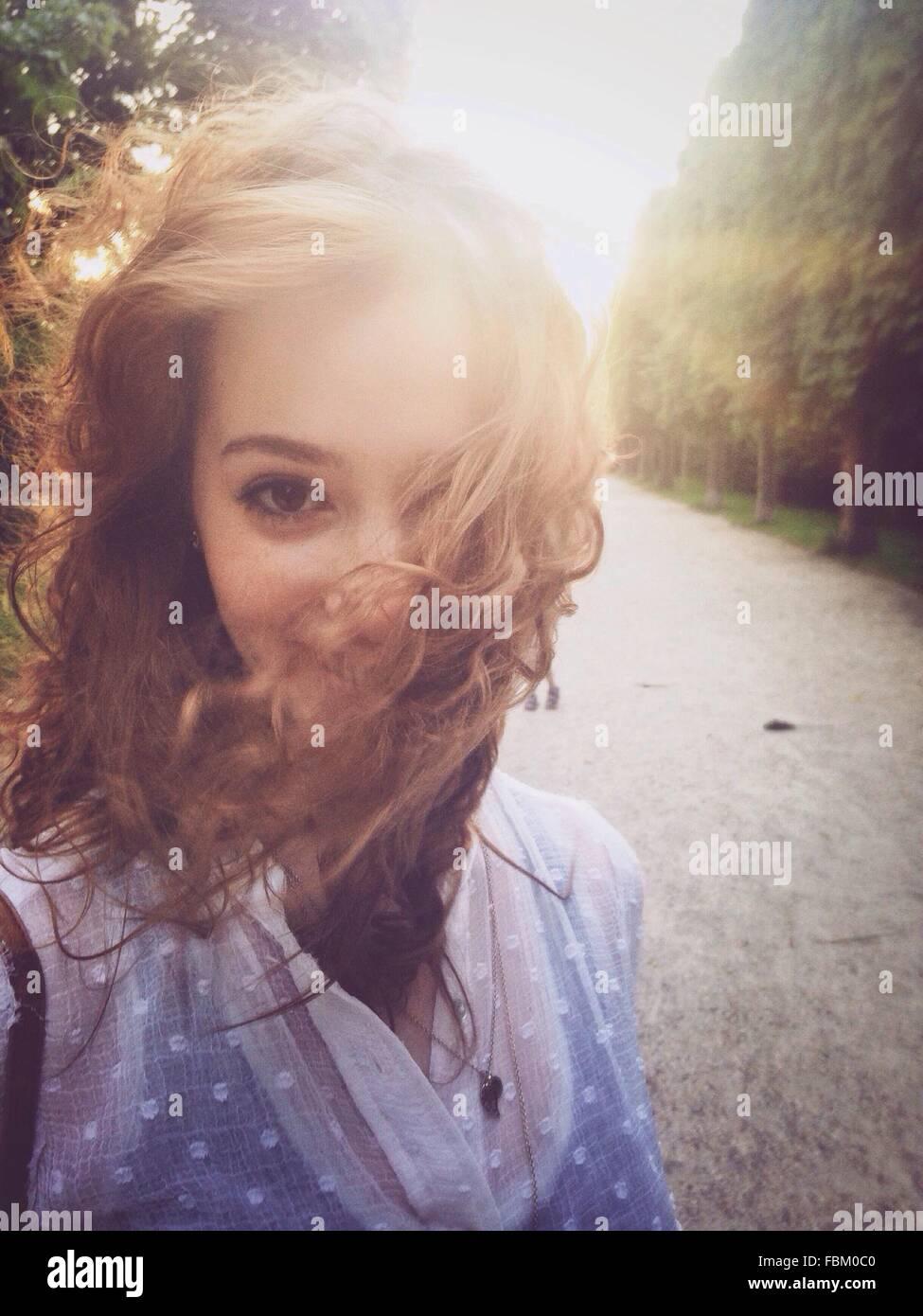 Porträt der schönen jungen Frau auf Straße Stockbild