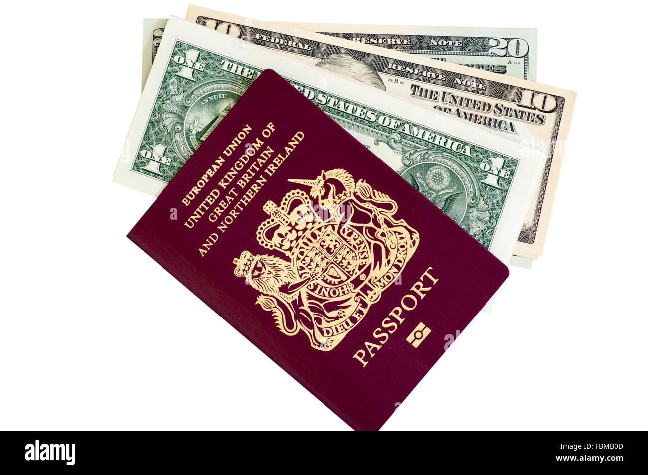 Schneiden Sie aus UK gechipt Pass und amerikanische Dollar-Banknoten Stockbild