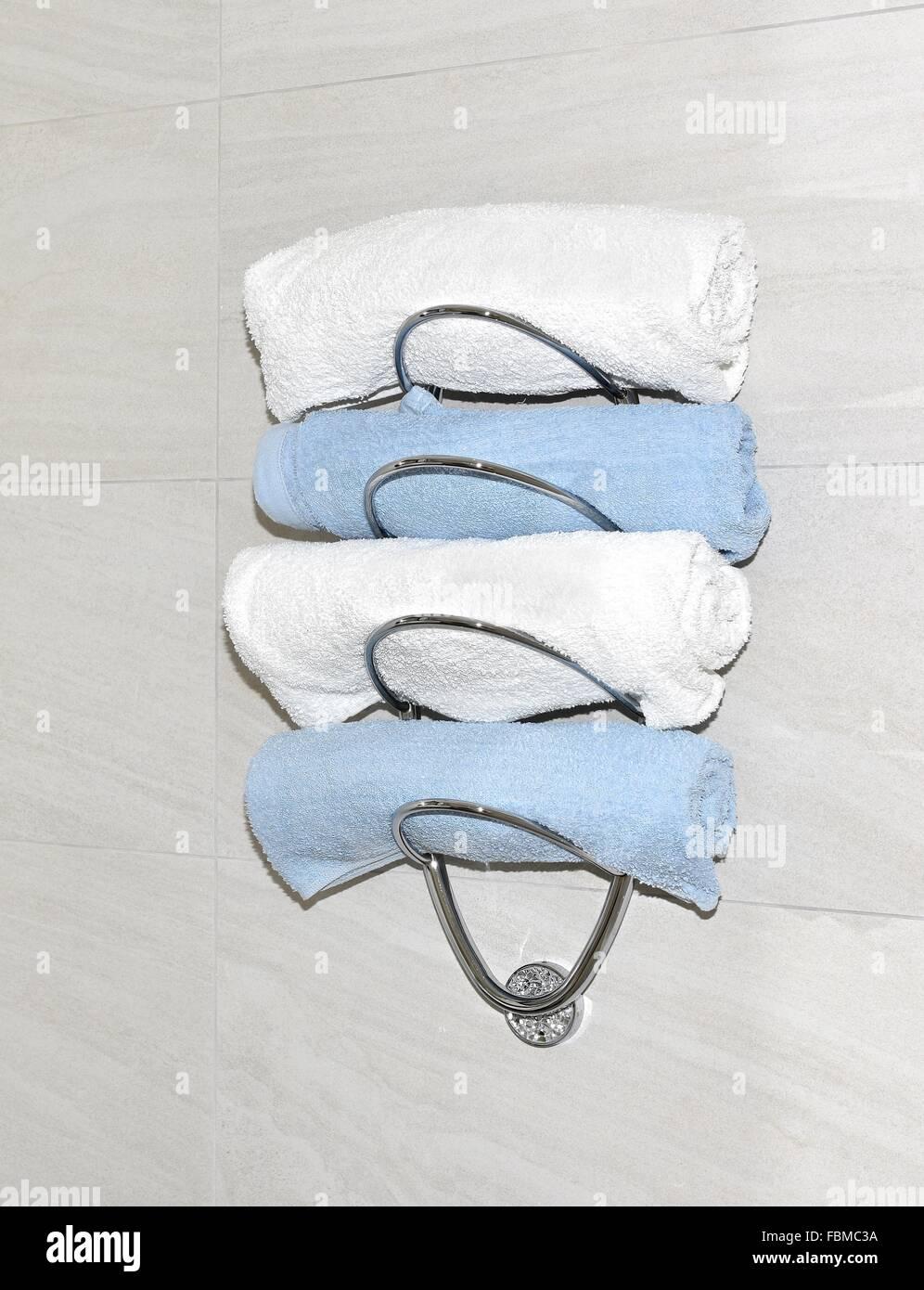Weiße und blaue Handtücher auf Handtuchhalter im Badezimmer