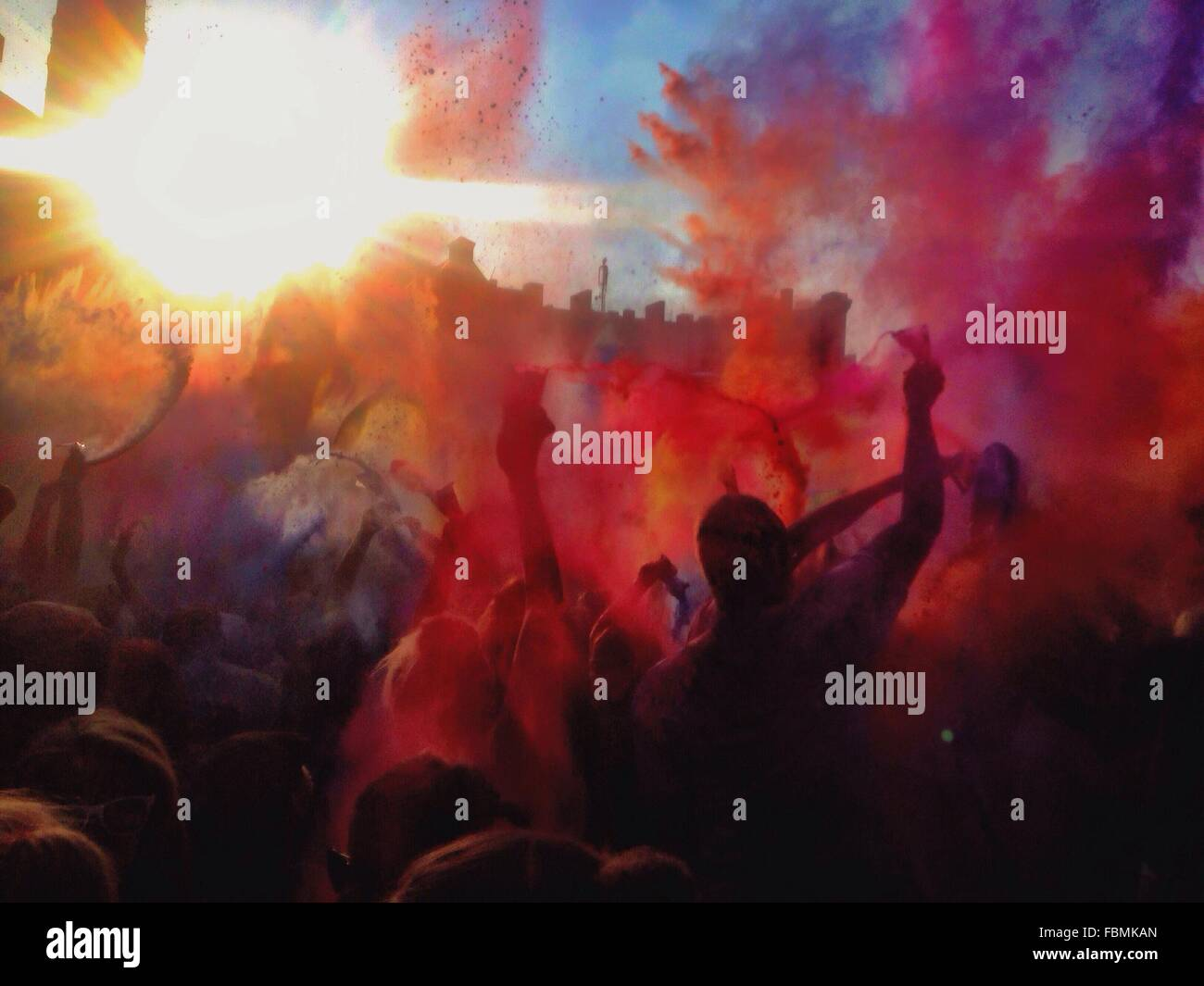 Menschen genießen Holi-Fest Stockfoto