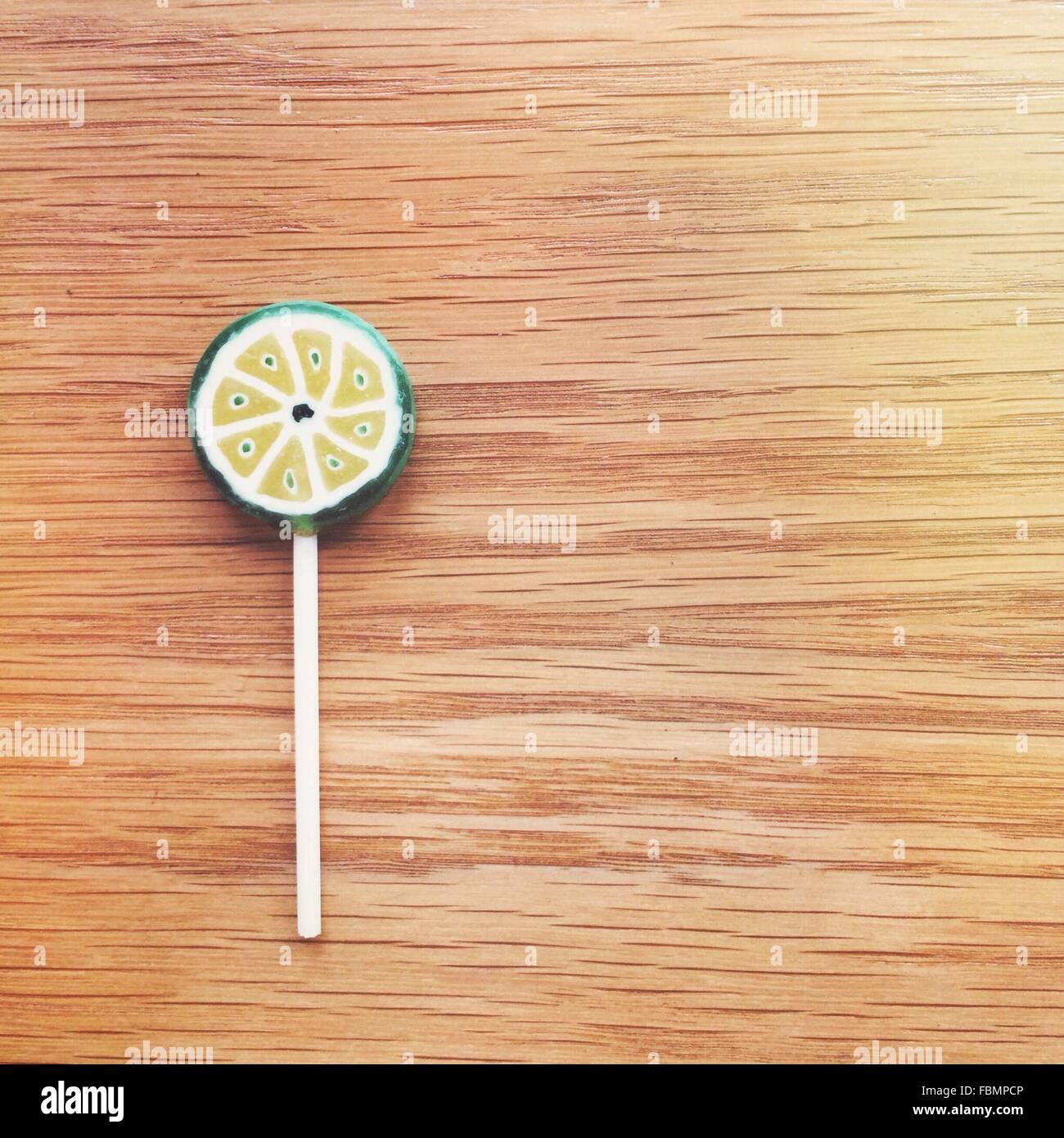 Lutscher auf Holztisch Stockbild