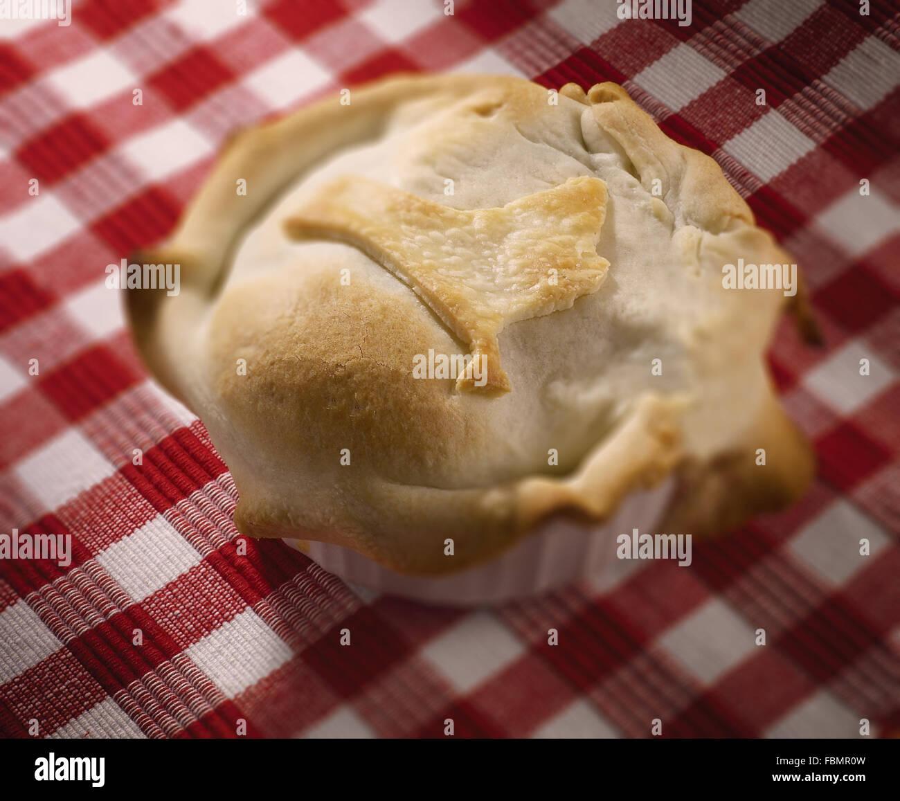 Muffin auf aufgegebenes Tischdecke Stockbild