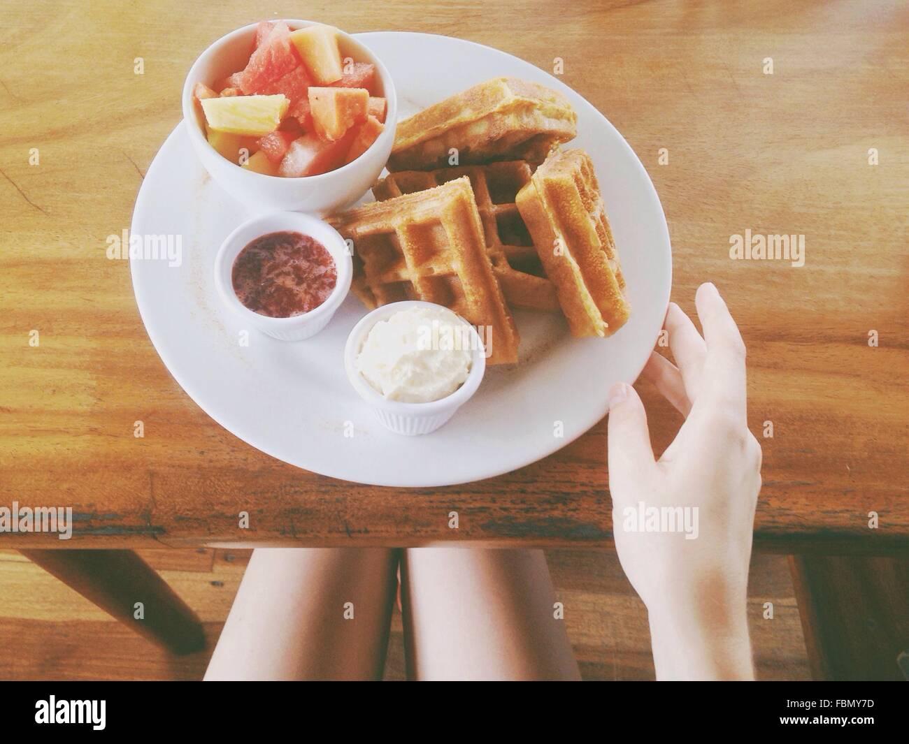 Person mit Frühstück Stockbild